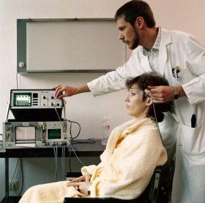 Dr. Sczesni bei einer der ersten Ultraschalluntersuchungen von Hirnarterien im Kopf, in Bochum 1985/86